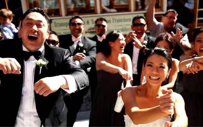 Os noivos Jeremy e Stephani dançam com padrinhos e transeuntes em rua de San Francisco