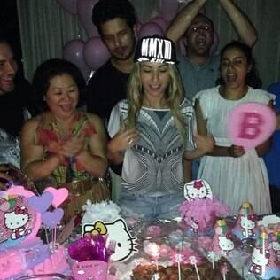 Sabrina Sato faz aniversário e ganha festa surpresa com tema infantil