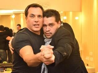Tiago Abravanel se divertiu nos bastidores do show de Daniel Boaventura, seu rival no quadro 'Dança dos Famosos', no programa do Faustão
