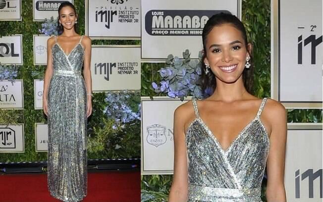 Os looks das famosas estavam brilhantes e Bruna Marquezine, como boa anfitriã, apostou em um vestido prateado