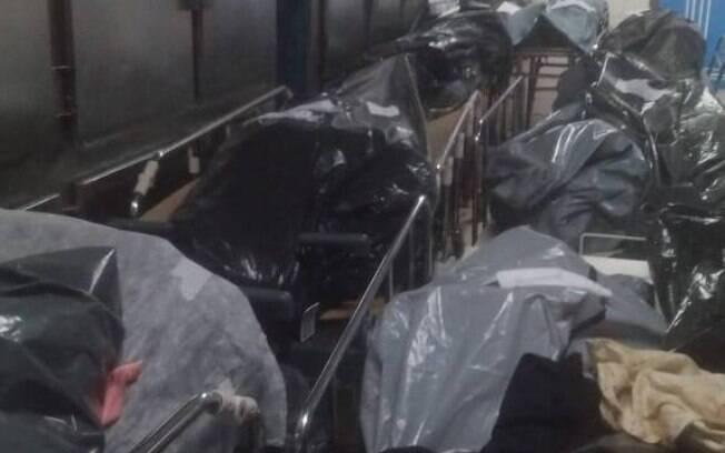 Necrotério do Hospital Municipal Moacyr do Carmo, em Duque de Caxias, com cadáveres acumulados