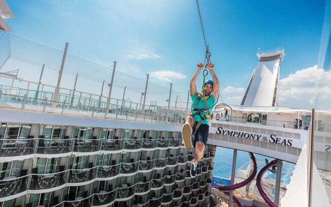 Outra atração popular nos cruzeiros da Royal Caribbean é a tirolesa em pelo navio
