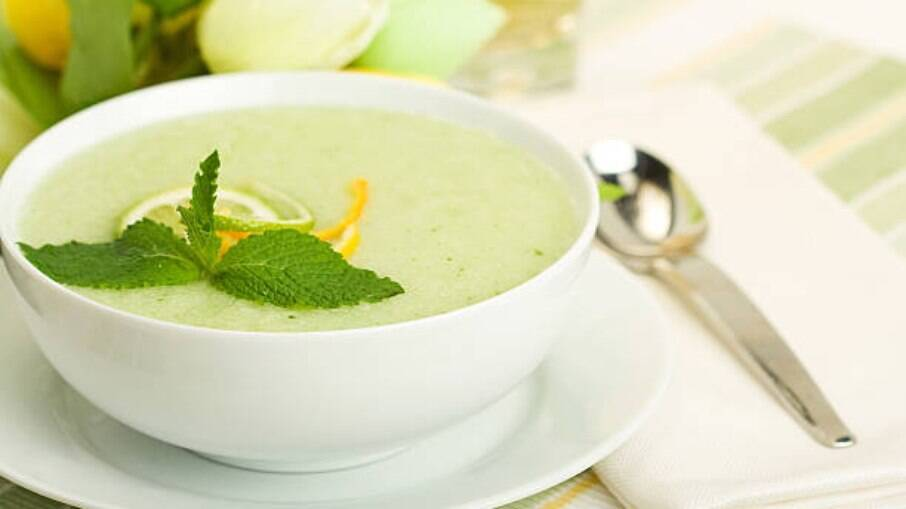 Essa sopa fria de melão com manjericão é ideal para os dias mais quentes, mas também pode ser servida em temperatura ambiente