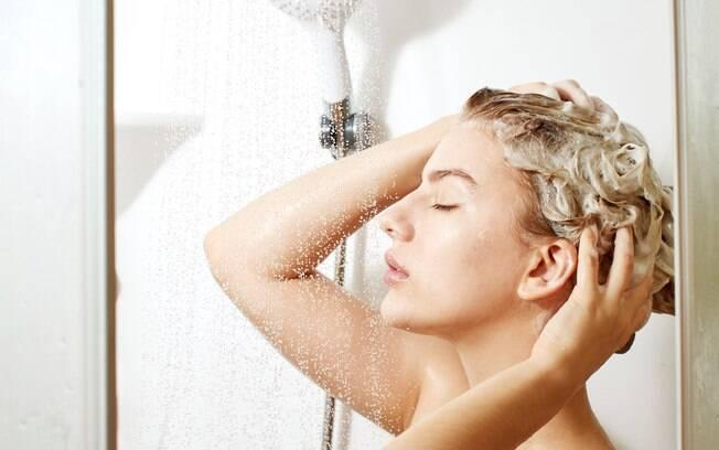 A maior diferença entre um shampoo micelar e um 'comum' e a presença de moléculas que separam a água da gordura
