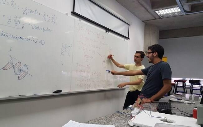 Estudantes têm se dedicado a pesquisar diversos problemas da física que ainda não possuem uma resposta ou  explicação