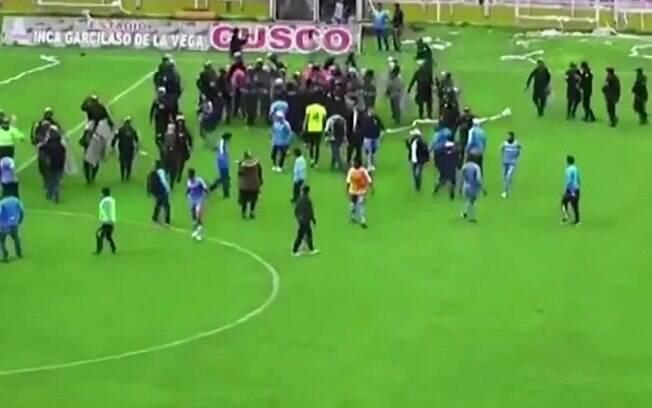 Torcida invade o campo e jogadores saem do estádio escondidos em caminhão de cavalos