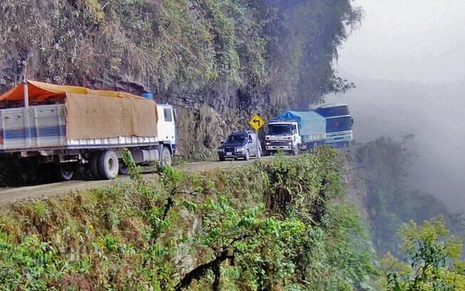 A Camino de los Yungas, na Bolívia, é a campeã das estradas perigosas, tão mortífera que ganhou o apelido de