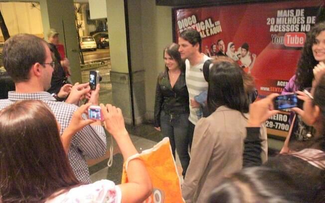 Marcelo Serrado tira fotos com fãs ainda na porta do teatro