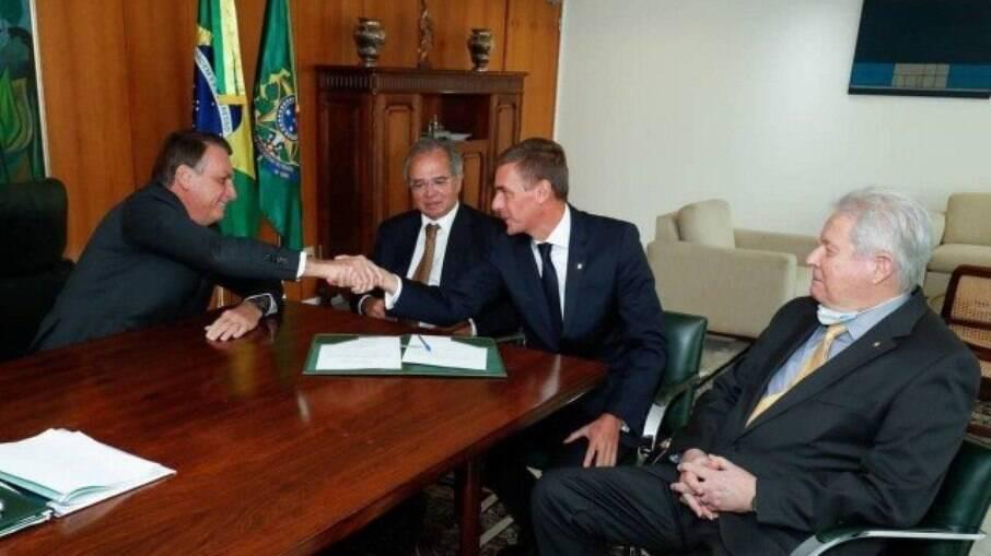 Jair Bolsonaro e Paulo Guedes em oficialização da posse de André Brandão como presiente do Banco do Brasil, substituindo Rubem Novaes