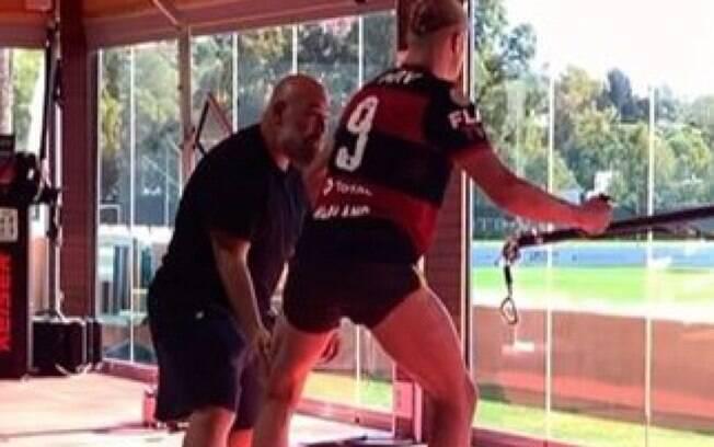 Haaland aparece treinando com camisa do Flamengo