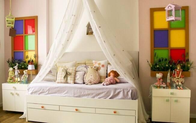 A cama com dossel e os painéis coloridos dão tom lúdico a este projeto da arquiteta Elaine Gonzalez