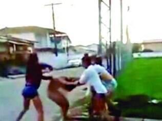 """Uma das garotas diz: """"Olha ali, rachei a cabeça dela com a pedra"""""""