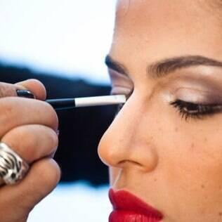 Aprenda a afinar os traços com maquiagem