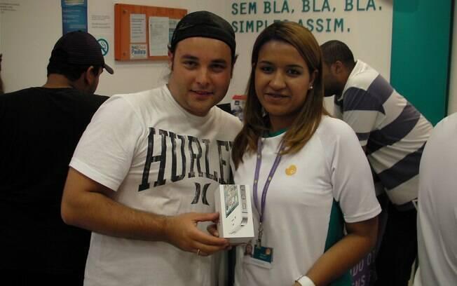Marcos Vinícius foi o segundo comprador do iPhone 4S na loja da Oi, em São Paulo