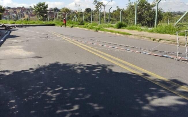 Queda de poste bloqueia rua e causa falta de energia no Vida Nova, em Campinas