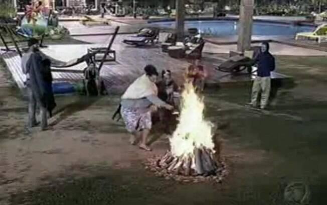 Gominho joga tênis de Yudi na fogueira