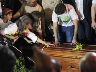 PE - EDUARDO CAMPOS/ ENTERRO - POLÍTICA - A viúva Renata Campos (e) e filhos no enterro do ex-governador Eduardo Campos no Cemitério de Santo Amaro, em Recife(PE), neste domingo(17).    17/08/2014 - Foto: MÁRCIO FERNANDES/ESTADÃO CONTEÚDO
