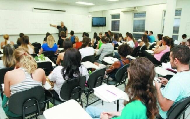 Sala de aula lotada em curso preparatório para concursos públicos