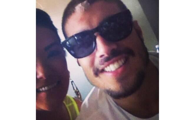 Caio Castro aparece com ferimento na testa em foto de fã