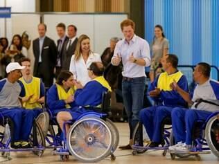 Harry acompanhou jogo de basquete entre cadeirantes no hospital