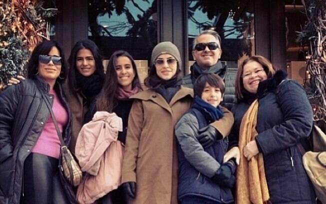 Gloria Pires com a família toda no segundo dia do ano