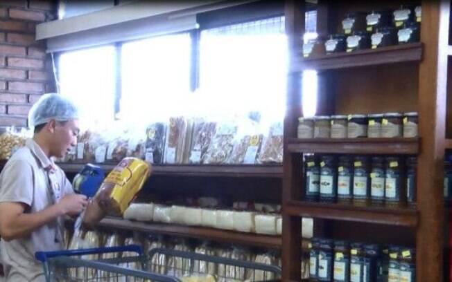 Reginaldo Nagatomo trabalha há um ano na padaria Real, em Sorocaba, interior de São Paulo