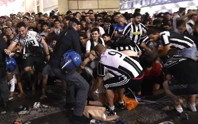 Alguns torcedores se feriram após confusão em praça durante transmissão de jogo da Juventus, em Turim, na Itália