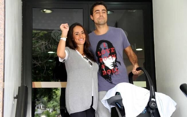 Ricardo Pereira e Francisca deixam a maternidade com o bebê Vicente, que nasceu na última terça-feira (22)
