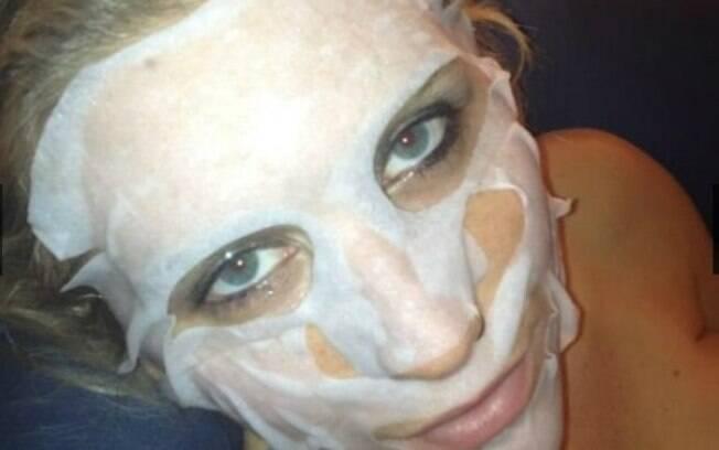 Kesha faz máscara facial