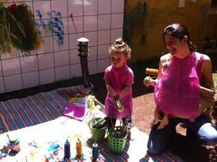 Maria Cecilia e os filhos brincam de pintura: postura rende fama de radical