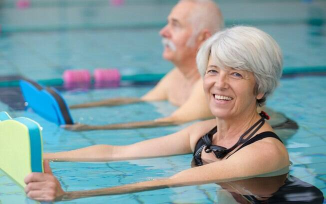 A hidroginástica está entre as opções de atividades para realizar na terceira idade e, consequentemente, perder peso