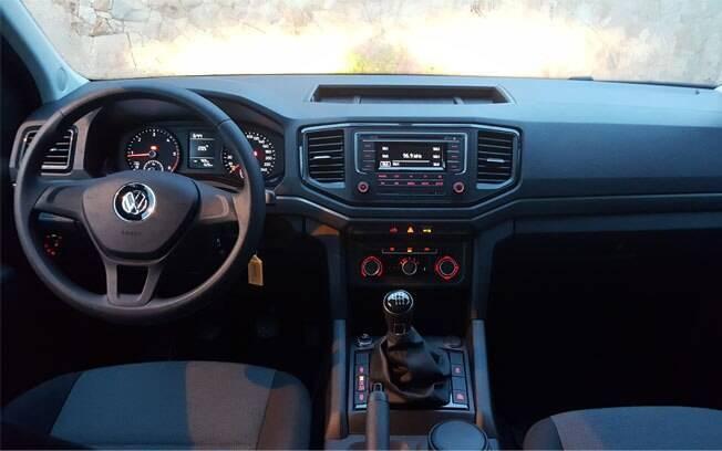 Interior também é simples, vindo apenas com ar-condicionado, controle de estabilidade e rádio com Bluetooth