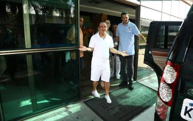 Renato Aragão deixando o hospital na quarta-feira (19)