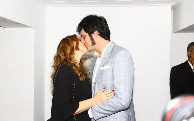 Mateus Solano e Paula Braun se beijam durante evento de lançamento de