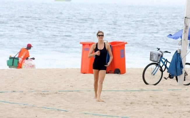 De macacão, Fernanda Lima joga vôlei de praia no Leblon