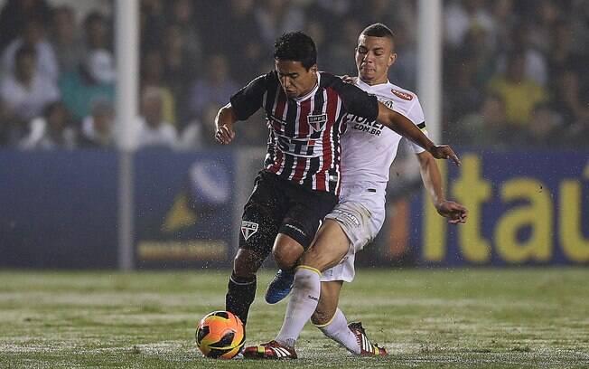 Jadson domina a bola pelo São Paulo marcado  de perto por Alison, volante do Santos