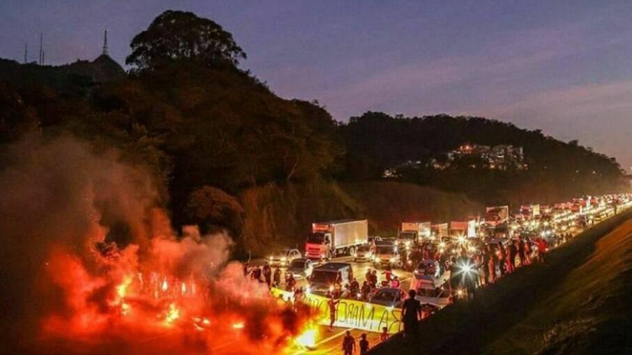 Indígenas bloqueiam Rodovia dos Bandeirantes em SP desde às 6h em protesto contra projeto que muda a demarcação de terras