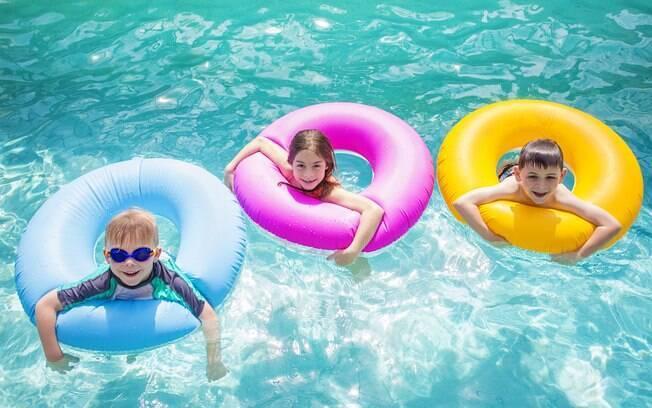 Propor brincadeiras na piscina pode ser uma ótima forma de aproveitar as férias e o verão.
