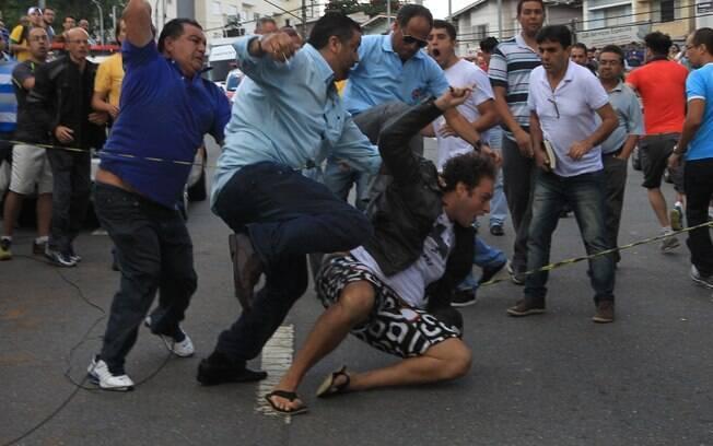 Houve briga de manifestantes a favor e contra o ex-presidente em frente à casa de Lula, em São Bernardo do Campo, e a polícia precisou agir. Foto: CLAYTON DE SOUZA/ESTADÃO CONTEÚDO - 4.3.16