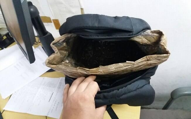 Mochila adaptada para a prática do crime de furto em shooping