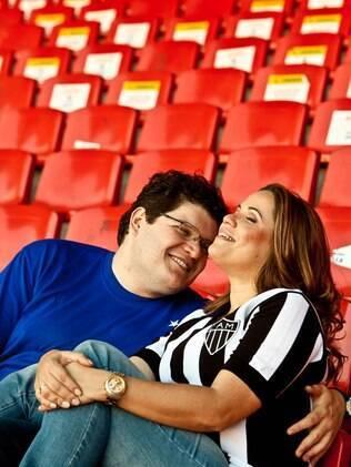 Silvia e o noivo no Mineirão antes da reforma: ela é Atlético, ele é Cruzeiro e o casal se conheceu no derby mineiro
