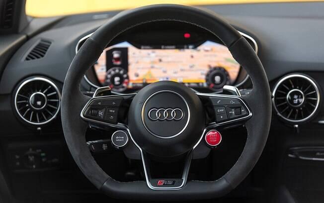 Volante parece ter saído de um carro de corrida, mas o interior tem sofisticação e conforto de um sedã de luxo