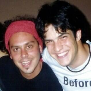 Os atores aparecem sorridentes em foto de 2002