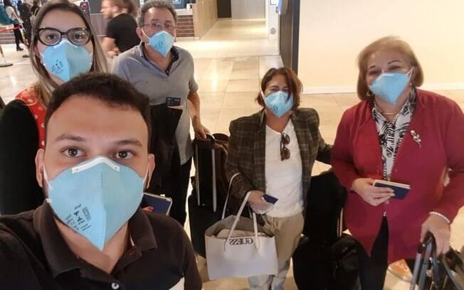 Luiz Veiga ao lado da família no aeroporto em Cabo Verde