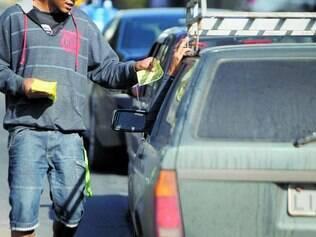 Contra a lei. Panfletar em Belo Horizonte é proibido, mas coibição não existe e a prática é comum nos sinais de trânsito da capital