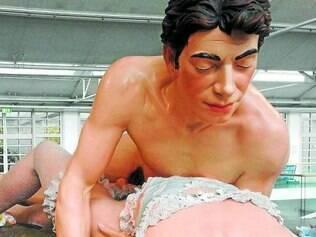 """Reproduz. Escultura da série """"Made in Heaven"""", que reproduz o artista e Cicciolina"""