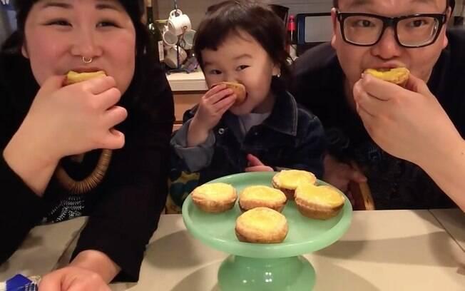 Mazzy e os pais provam a tortinha feita com a ajuda da pequena