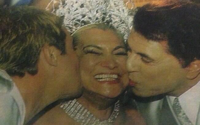Gugu com Silvio e Hebe no desfile de carnaval em 2001. 'Esse beijo duplo, meu e do Silvio Santos, eu nunca vou esquecer. #saudadeshebe' escreveu Gugu