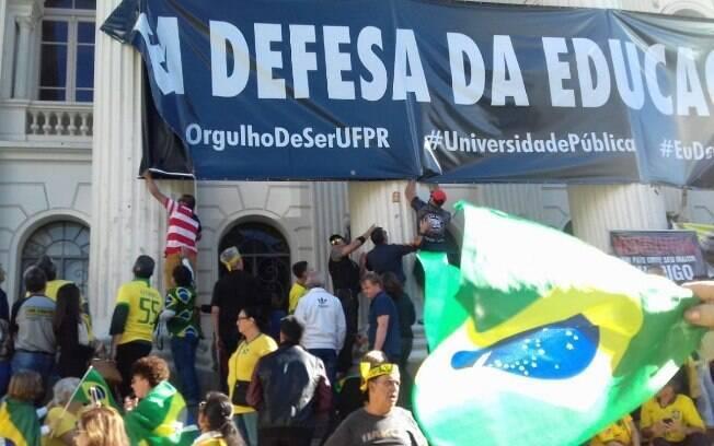 Faixa retirada por manifestantes pró-Bolsonaro na UFPR continha dizeres