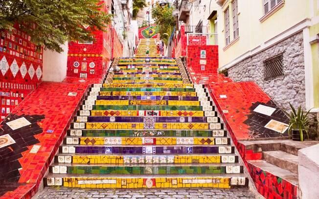 A Escadaria Selarón é um dos cartões postais da cidade do Rio de Janeiro, além de ser um ótimo local para tirar fotos